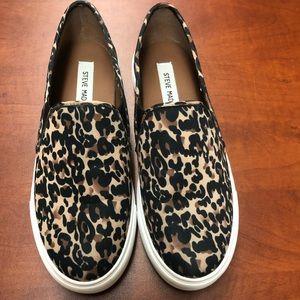 ba86998b05304 Steve Madden Shoes - STEVE MADDEN symba slip on sneakers!